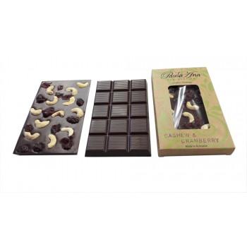 Tabletă de ciocolată neagră cu caju și merișoare